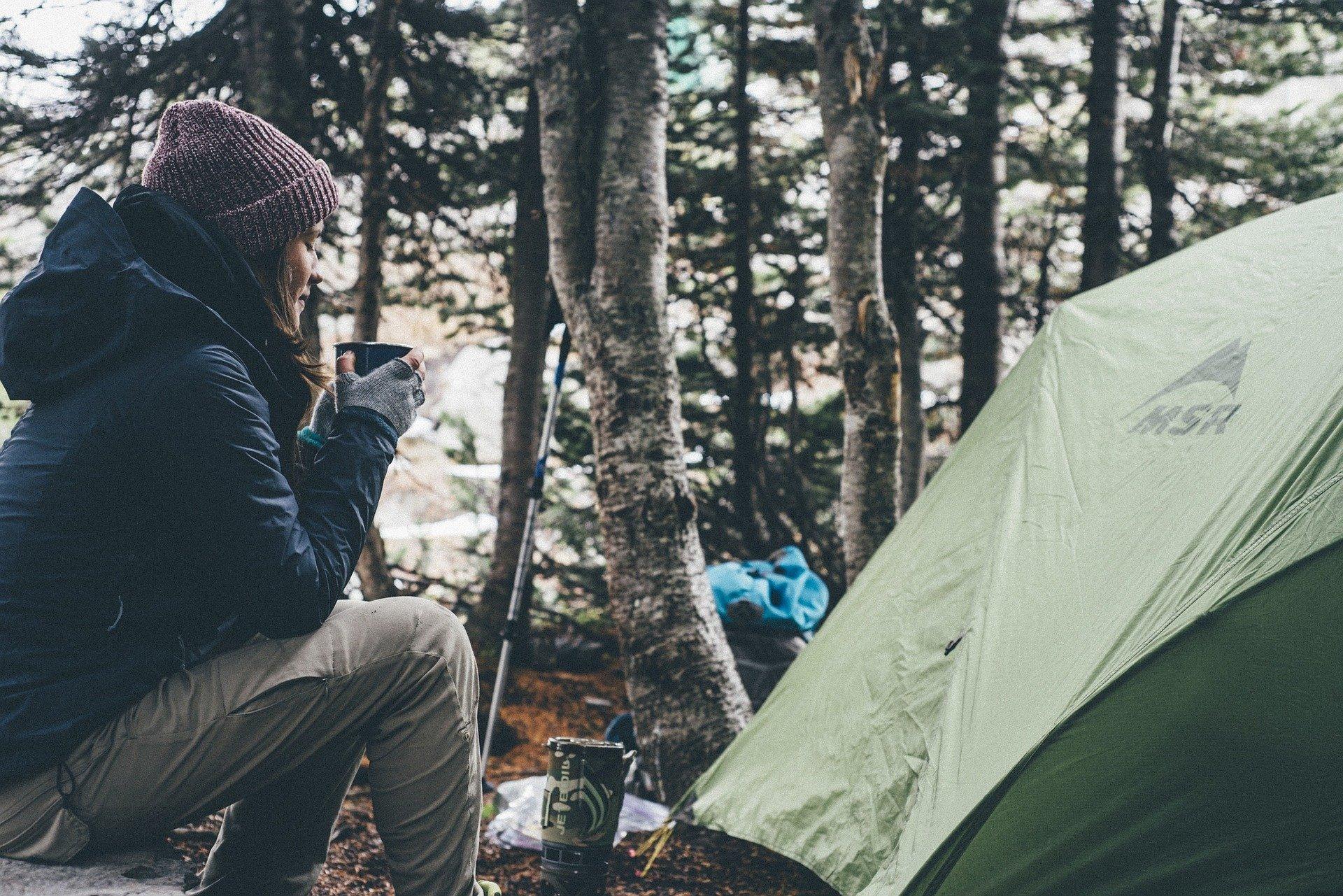Frau beim Camping