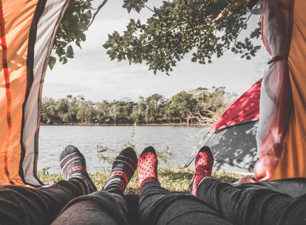 Füße gucken aus einem Zelt
